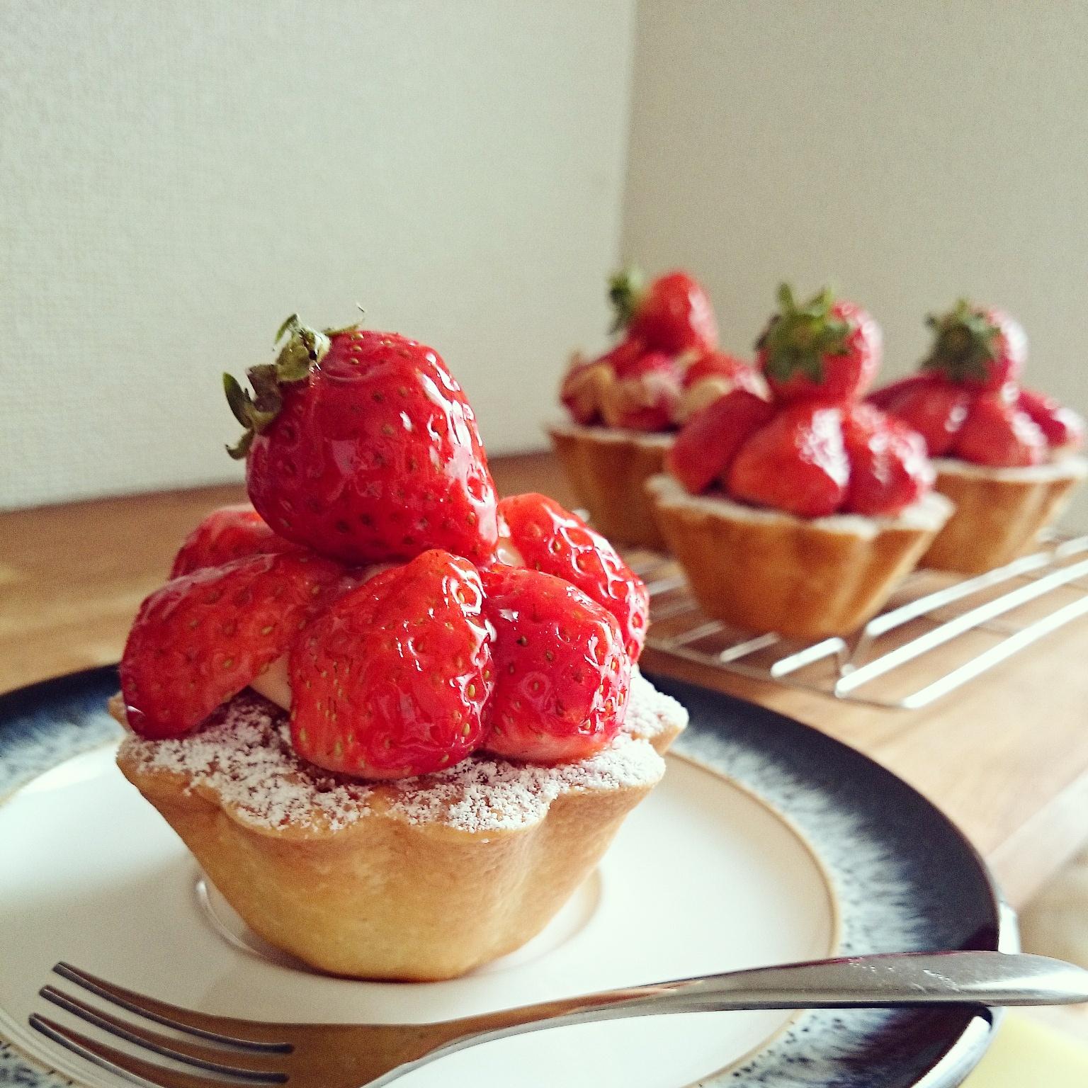 苺のタルトレットとバゲットサンドの朝食❁